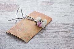 Handgemachte Hochzeitseinladungen gemacht vom Papier Stockfotos
