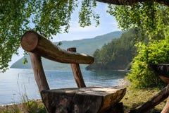 Handgemachte Holzbank auf Baikal Seeküste Stockbilder