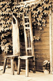 Handgemachte Holzstühle am Portal eines Häuschens Stockbild