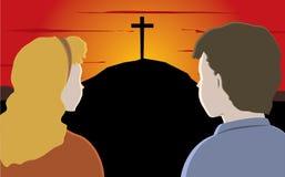 Zwei Kinder, die das Kreuz auf dem Hügel betrachten Lizenzfreie Stockfotos