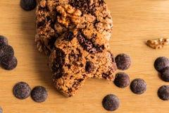 Handgemachte Kekse mit Haselnüssen und kleinen Schokoladen stockfotografie