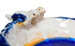 Handgemachte keramische Schüssel mit zwei Vögeln in der Liebe am Rand des Tellers Die Schale im Farbblau, Marineblau, Weiß, Gelb, Stockfoto