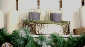 Handgemachte Kerzen auf Kamintrieb im langsamen Dia bewegen sich stock video