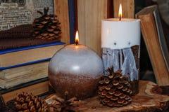 Handgemachte Kerzen beleuchtet im Weinleseinnenraum Stockfotografie