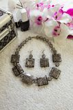Handgemachte klare Plastikhalskette und Ohrringe mit schwarzen Streifen Stockfotografie