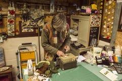 Handgemachte Kunst - Künstler bei der Arbeit stockfotografie