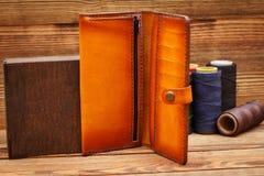 Handgemachte lederne Manngeldbörse auf hölzernem Hintergrund Lizenzfreie Stockbilder