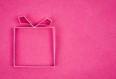 Handgemachte leere Geschenkbox, strukturiertes Papier als Hintergrund. stockfotografie
