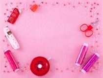 Handgemachte Materialien auf einem rosa Hintergrund stockfotografie