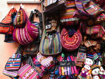 Handgemachte multi farbige Gewebetaschen und ragdolls stockfotos