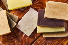Handgemachte natürliche Seife im Kraftpapierpaket Stockfotos
