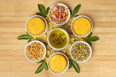 Handgemachte natürliche gelbe runde Seifen-kreatives Produktfotografie Lizenzfreies Stockfoto