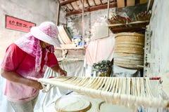 Handgemachte Nudeln Changhua Lukang Fuxing - 22. Oktober 2017: Die traditionelle Weise, feines Mehl in Taiwan zu trocknen Stockfotografie