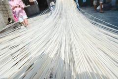 Handgemachte Nudeln Changhua Lukang Fuxing - 22. Oktober 2017: Die traditionelle Weise, feines Mehl in Taiwan zu trocknen Lizenzfreies Stockbild