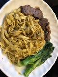 Handgemachte Nudeln der chinesischen Art mit Steak und Gemüse Stockfoto
