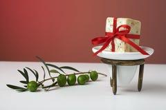 Handgemachte olivgrüne Seife mit Ölzweig und einem Tuch, als Geschenk. Lizenzfreie Stockfotografie