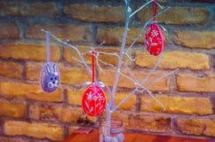 Handgemachte Ostereidekoration mit grünen Blättern Lizenzfreies Stockfoto