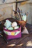 Handgemachte Ostern-Dekorationen auf Holztisch im Landhaus Stockfotos