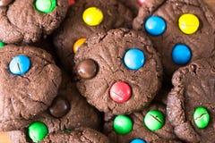 Handgemachte Plätzchen mit bunter Süßigkeit Stockfotografie