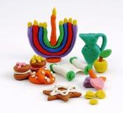 Handgemachte Plasticinespielwaren Chanukkas Bunte Beschaffenheit des Modelliertons Auf weißem Hintergrund Stockfoto