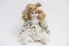 Handgemachte Puppe des keramischen Porzellans mit dem langen blonden Haar und Blumenkleid Stockbild