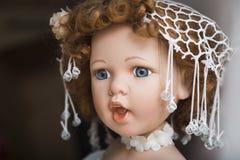 Handgemachte Puppe des keramischen Porzellans mit großen blauen Augen und dem gelockten Haar Stockbilder