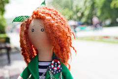 Handgemachte Puppe mit dem gelockten roten Haar Lizenzfreie Stockbilder