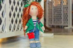 Handgemachte Puppe mit dem gelockten roten Haar Stockfotografie