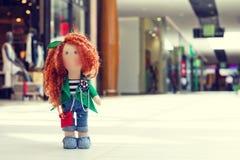 Handgemachte Puppe mit dem gelockten roten Haar Lizenzfreies Stockfoto