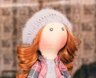 Handgemachte Puppe mit dem gelockten roten Haar Lizenzfreies Stockbild