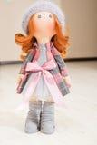 Handgemachte Puppe mit dem gelockten roten Haar Lizenzfreie Stockfotografie