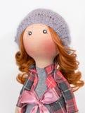 Handgemachte Puppe mit dem gelockten roten Haar Stockfoto