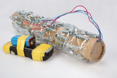 Handgemachte Rohrbombe mit Handyzündungsgerät stockbild