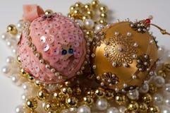 Handgemachte Rosa-und Goldweihnachtsbaumverzierungen Lizenzfreies Stockfoto