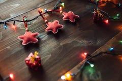 Handgemachte Rotsterne und auf dem Holztisch Stockfoto