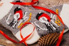 Handgemachte rustikale Socken mit einem Wintermuster auf dem hölzernen Hintergrund, Kiefernkegel Kopieren Sie Raum für Ihren Text Lizenzfreie Stockfotos