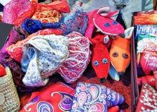 Handgemachte Schals und andere Kleidung am Riga-Weihnachtsmarkt Stockbild