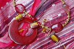Handgemachte Schmucksachen: Rote Halskette und Ohrringe lizenzfreies stockfoto