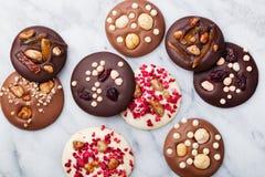 Handgemachte Schokolade Luxusmediants, Plätzchen, Bisse, Süßigkeiten Traditioneller französischer Weihnachtsnachtisch Stockfotografie