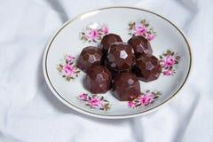 Handgemachte Schokoladen liegen auf weißer textil Hintergrundtabelle Handgemachte Bonbons Lizenzfreie Stockbilder