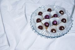 Handgemachte Schokoladen liegen auf weißer textil Hintergrundtabelle Handgemachte Bonbons Stockfoto