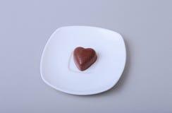 Handgemachte Schokoladenpralinen der Zartheit auf weißer Untertasse Lizenzfreies Stockfoto