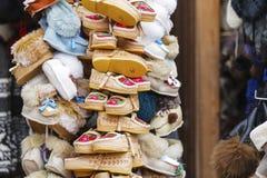 Handgemachte Schuhe herausgestellt für Verkauf in Zakopane Lizenzfreie Stockfotografie