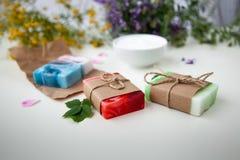 Handgemachte Seife auf dem Kraftpapier lizenzfreies stockfoto