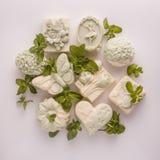 Handgemachte Seife auf einem weißen Acrylhintergrund Stockbilder