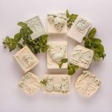 Handgemachte Seife auf einem weißen Acrylhintergrund Stockfoto