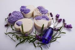 Handgemachte Seife auf einem weißen Acrylhintergrund Stockfotografie