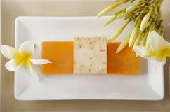 Handgemachte Seife auf weißem Teller Lizenzfreie Stockfotos