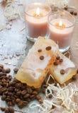 Handgemachte Seife, Badesalz, Kerzen u. Kaffeebohnen Stockbilder