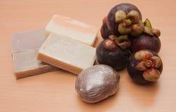 Handgemachte Seife der Mangostanfrucht lizenzfreie stockbilder